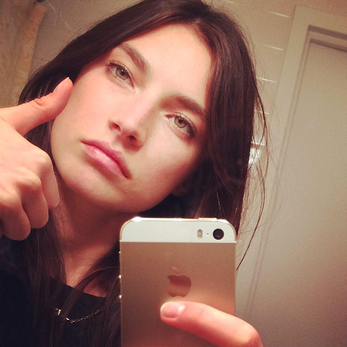 Una chica se toma un selfie