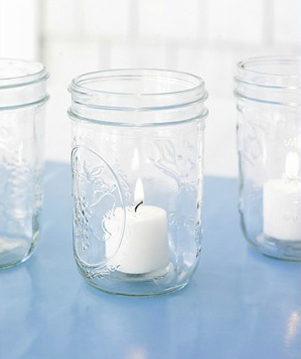 Frascos de vidrio como candelabros