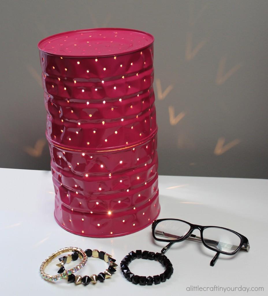Lámpara la mesa de noche hecha con una lata reciclada